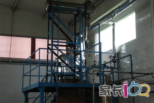 液添加白砂糖,纯净水后进入灌装车间-从深山里的王老吉供应基地,