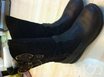 豆的鞋子一点没破损,因为是白色 全皮的靴子,咖啡色,下面牛皮,