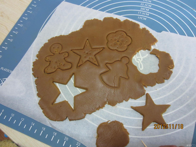 之后,大家又用圣诞树,小卡通人,五角星,小花等模具,印出了形状各异
