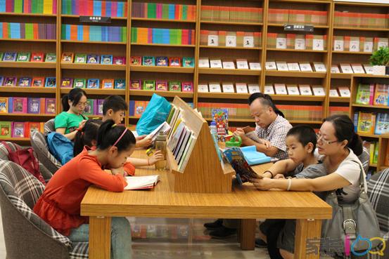 据了解,二店以体验式的阅读成长空间为定位,面向0-12岁的儿童及家庭,除了提供品类齐全的优质图书外,专业的童书编辑会根据不同年龄阶段孩子的特点定期推荐阅读书单,其核心吸引力仍然是专业的阅读课程和丰富的阅读活动。绘本阅读课程和儿童英语课程分别针对提高孩子的阅读和英语口语能力而设,围绕阅读书店将开展贯穿全年的亲子故事会和包含手工DIY、礼仪培养、全脑开发等多样形式在内的周末主题活动。基于该店所倡导的亲子阅读和互动式阅读体验,父母和孩子同时指导才能维护和增进亲子关系,促进孩子心灵的健康成长,对此,针对父母