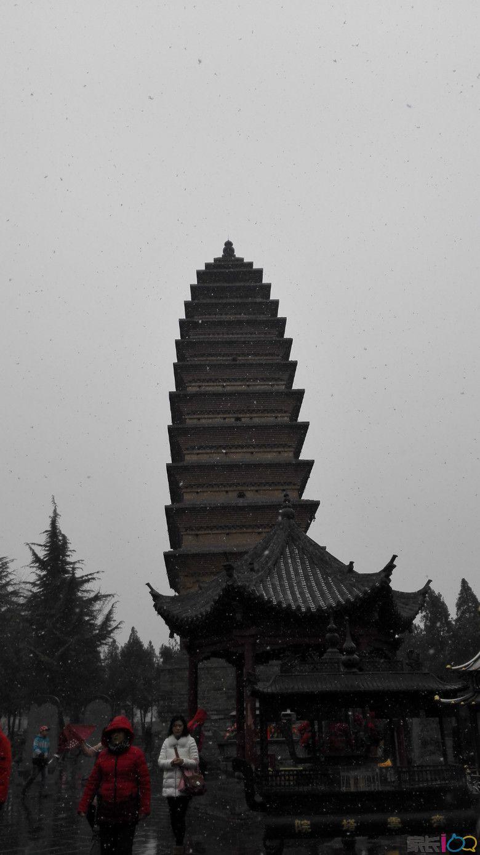 雪中的齐云塔