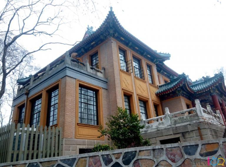 美龄宫位于南京市玄区钟山名胜风景区内四方城以东的小红山上,正式名称为国民政府主席官邸,有远东第一别墅的美誉。虽然只住了四年,但美龄宫是蒋氏夫妇最喜爱的别墅。其主体建筑是一座三层重檐山式宫殿式建筑,顶覆绿色琉璃瓦。在其房檐的琉璃瓦上雕着1000多只凤凰,是中国唯一一例。