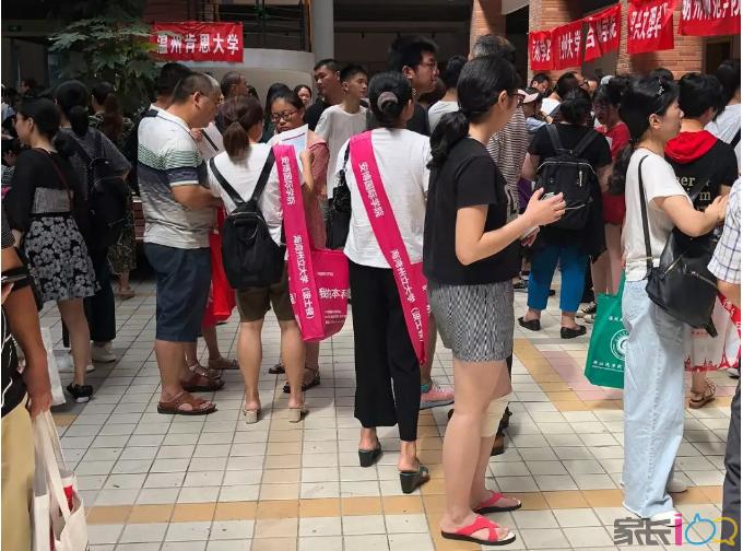 浙江高考咨询会人气爆棚 就业导向及国际学校受追捧