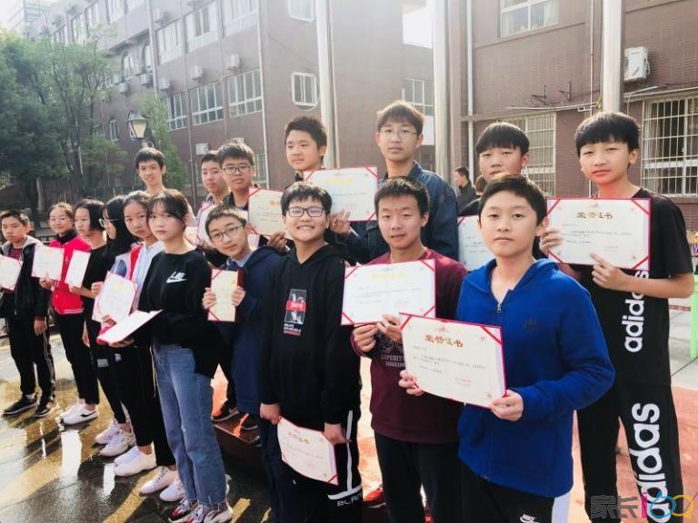 八(5)班学生集体领奖.jpg