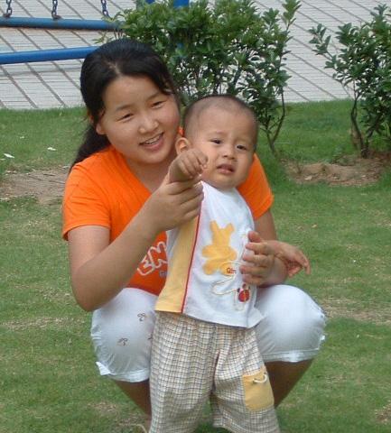 1岁的我和小左姐姐.JPG