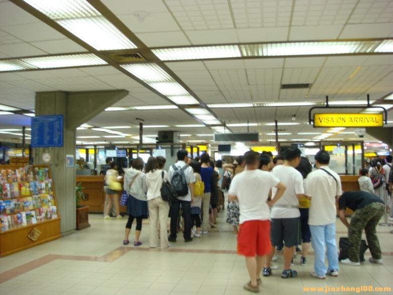 我们一行人在巴厘岛机场过安检